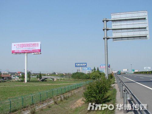 广告,如一通天塔,不仅注视着来来往往的车辆,还环视着长江三角洲经济